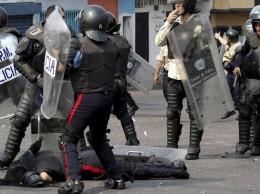 Policía muerto en Carabobo, Venezuela, yace en el pavimento.