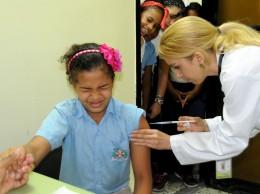 Una alumna cuando es vacunada contra el papiloma humano.