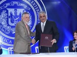 Canciller Miguel Vargas y el presidente de la Asociación de Industrias, Campos de Moya.