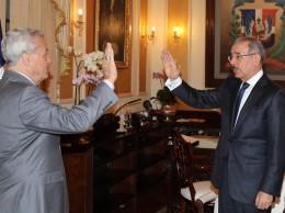 El presidente Danilo Medina juramenta a Nelson Toca.
