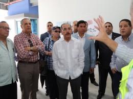 Ingeniero ofrece detalles al presidente Medina sobre la Ciudad Sanitaria Luis Eduardo Aybar.