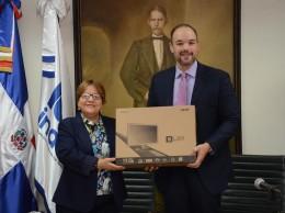 José del Castillo Saviñón entrega computadoras a Gloria Ceballos.