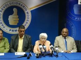 Milagros Ortiz Bosch lee documento junto a otros dirigentes del PRM.