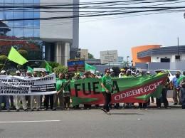 Parte de los manifestantes frente a las oficinas de Odebrecht.