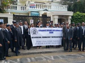 Abogados mientras protestan en la Unidad de Género de la provincia Santo Domingo.