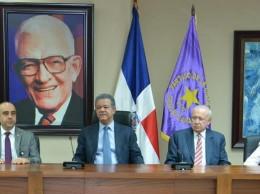 Leonel Fernández junto a legisladores y dirigentes del PLD al recibir proyecto de ley de partidos.