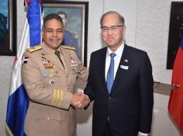 Teniente general Rubén Paulino Sem y el canciller de Taiwán, David Tawei Lee.