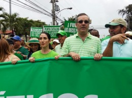 Luis Abinader y su esposa Raquel Arbaje participan en la Marcha Verde.