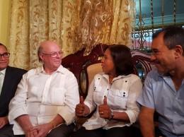 Hipólito Mejía recibe apoyo de Miledys Suero y su esposo el ex legislador Ramón Durán.
