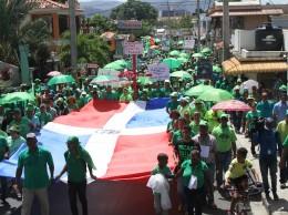 Participantes en Marcha Verde en Bonao muetran la bandera nacional.