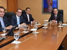 Representantes del Banco Central y de la firma Oppenheimer.