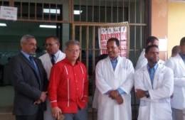Waldo Ariel Suero y otros miembros del CMD en el hospital Francisco Moscoso Puello.