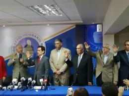 Andrés Bautista toma juramento a miembros de comisión organizadora.