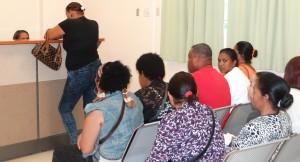 Ciudadanos que se presentaron al hospital Ney Arias Lora.