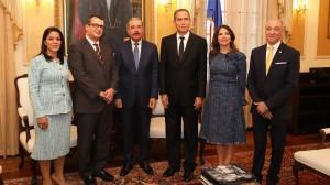 Danilo Medina junto a miembros del Tribunal Superior Electoral.