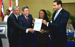 Emilio Rivas y José Dantés entregaron certificado a Nena Batista.