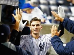Greg Bird felicitado por sus compañeros de Yankees.