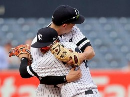 Jugadores de los Yankees celebran triunfo ante Minnesota.