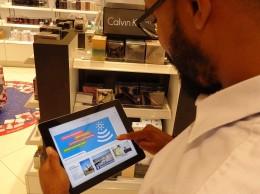 Un usuario del aeropuerto Las Américas utiliza internet gratuito.