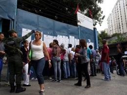 Venezolanos acuden a los centros en votaciones por gobernadores.