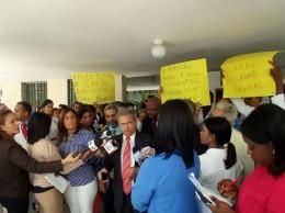 Waldo Ariel Suero habla en huelga de los médicos.