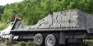 Camión envuelto en deslizamiento en la autopista 6 de Noviembre.