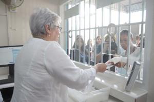 Altagracia Guzmán mientras suministra anticonceptivo en inicio del programa.