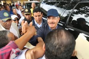 Danilo Medina saludado por residentes de San Víctor, en provincia Espaillat.