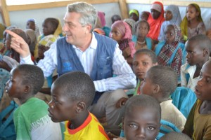 El Alto Comisionado para los Refugiados, Filippo Grandi, en Baga Solo, en Chad, con niños refugiados.