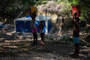 Haitianos reciben agua potable en Puerto Príncipe.