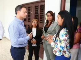 Jean Alain Rodríguez habla con representantes de Monseñor Nouel.