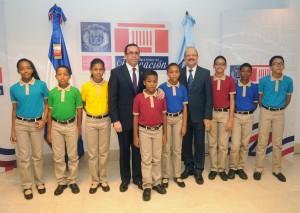 Navarro con estudiantes muestran uniformes.