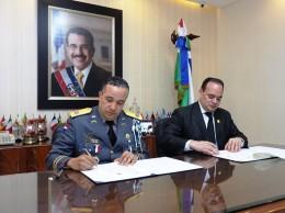 Ney Aldrin Bautista y Miguel Surun Hernández firman convenio.