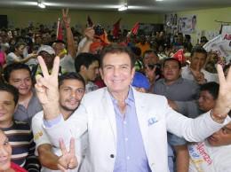 Salvador Nasralla acompañado de seguidores.