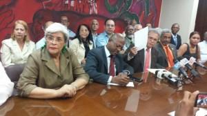 Waldo Ariel Suero junto a directivos del Colegio Médico.