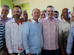 Abinader acompañado de dirigentes del PRM en Santiago.