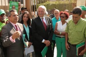 Comisión de diputados recibe el documento de sometimiento a juicio politico.