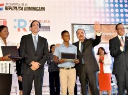 El presidente Danilo Medina durante entrega de computadoras a estudiantes.