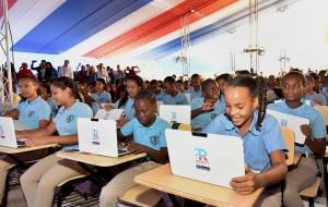 Estudiantes recibieron computadoras.