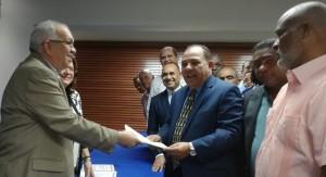 César Cedeño cuando se inscribe para la convención del PRM.
