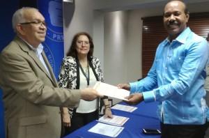 José Montás entrega documentos para inscripción a convención del PRM.