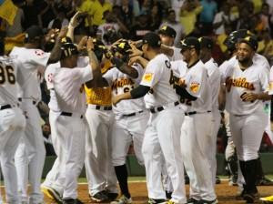 Jugadores de las Águilas celebran el triunfo sobre Leones del Escogido.