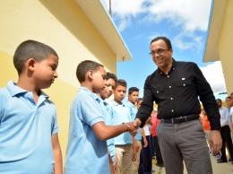 Andrés Navarro saluda alumnos.