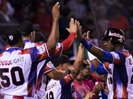 Jugadores de las Águilas Cibaeñas saludan a Junior Lake luego de pegar cuadrangular.