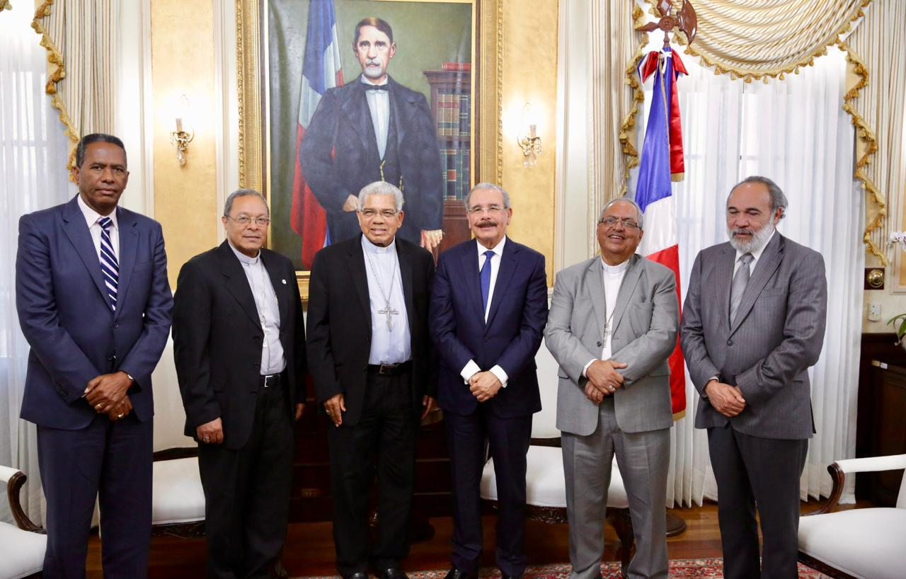 Resultado de imagen para Presidente Danilo Medina y arzobispo de Santo Domingo se reúnen